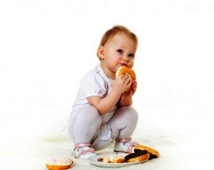 baby-eating-junk-food-300x239